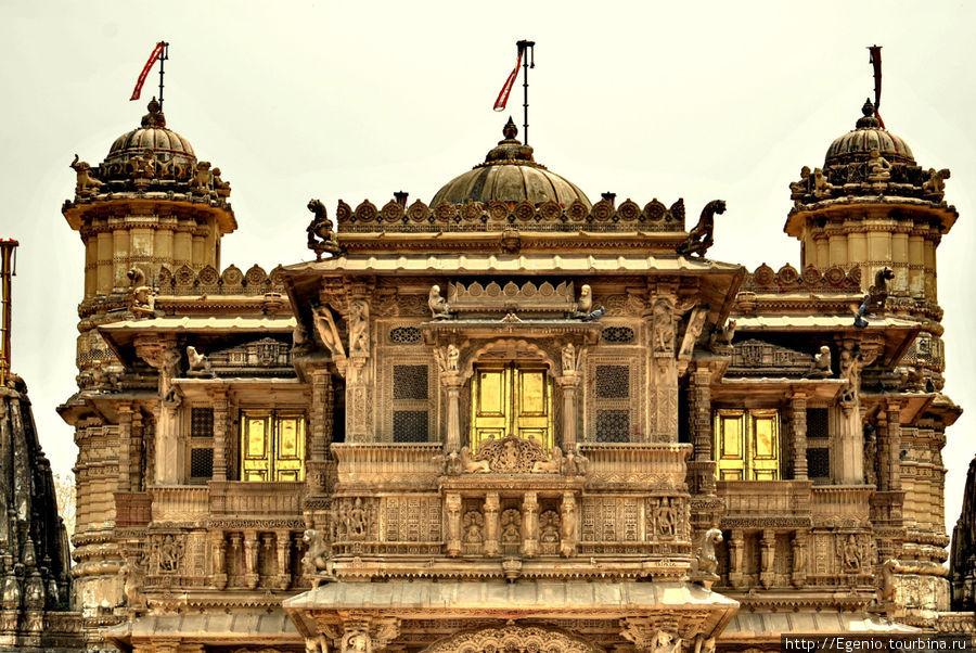 самое замечательное, что я увидел в Ахмадабаде, — это Джайнский храм. удивительное сооружение! также подфартило попасть на Джайнскую пуджу. тут и далее — фото Джайнского храма и сами Джайны. Джайнизм, имхо, одна из самых замечательных духовных традиций человечества