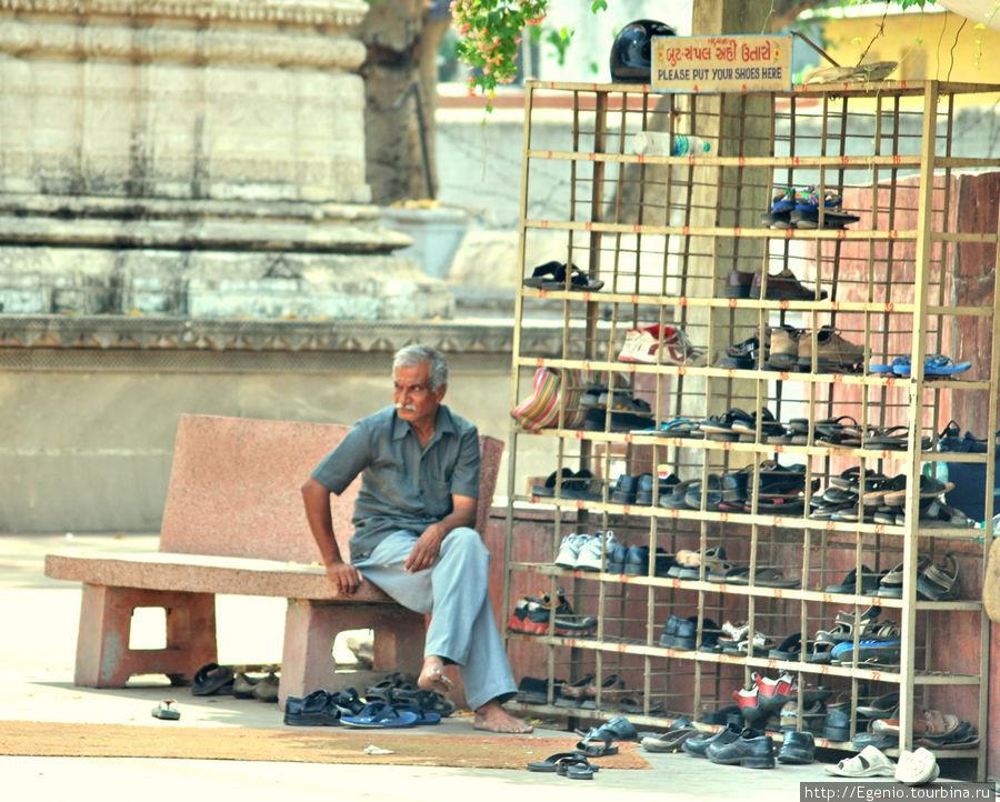 как и в другие храмы, при входе в Джайнский храм положено снимать обувь