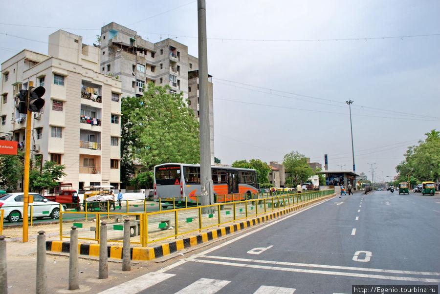 система скоростных автобусов предусматривает остановку посередине дороги, а сами автобусы ездять в крайних рядах, самых близких к центру