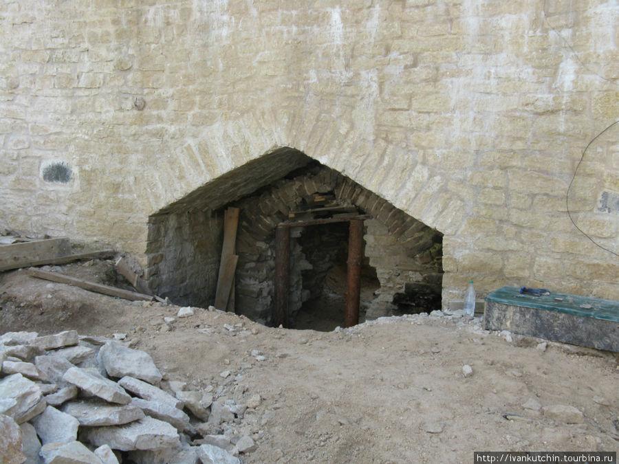 Тайный выход через стену.