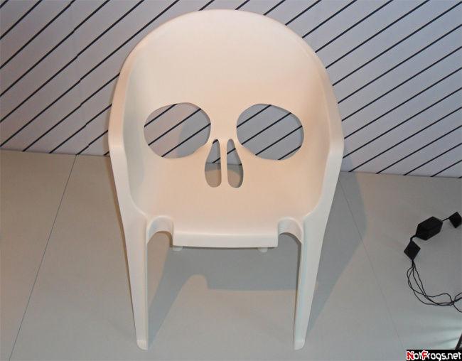 Стул в форме черепа — такой вот черный юмор