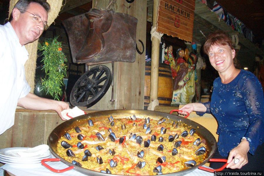 Специально для нас приготовили паэлью на огромной сковороде и очень красиво украсили