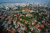 Стадион в окружении домов богачей.