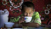 Дети чабанов рано взрослеют. Это чувствуется и в общении, и во взгляде и по рукам привыкшим к тяжелому физическому труду.