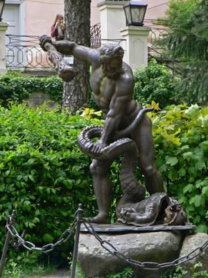 Во дворе Ужгородского замка установлена скульптура Геракла, борющегося с гидрой. Это самая старая скульптура в Ужгороде.