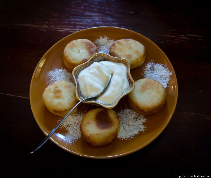 Сырники со сметаной и сахарной пудрой. Очень-очень вкусно!