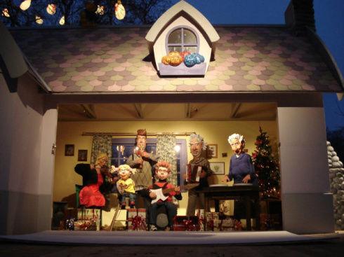 на детской площадке игрушечный оркестр играет весёлую рождественскую музыку