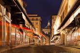 Начиная с XVI в. лавки моста Понте Веккьо превратились в ювелирные магазинчики и мастерские. Поэтому его стали также называть «Золотым мостом».