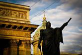 Памятник Кутузову на фоне Казанского собора