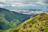 Весь тот день мы провели исключительно в компании неба, облаков и периодически налетавшего внезапного дождя. День над столицей Эквадора — городом Кито..
