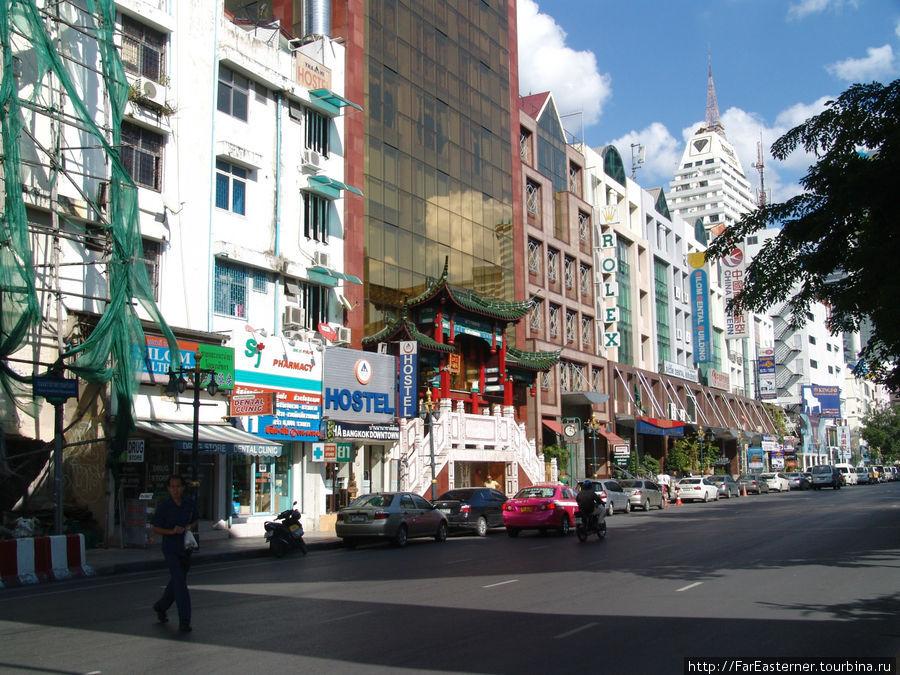 Вход в хостел YHA Bangkok Downtown виден синей вывеской HOSTEL и значком международной ассоциации молодежных хостелов.