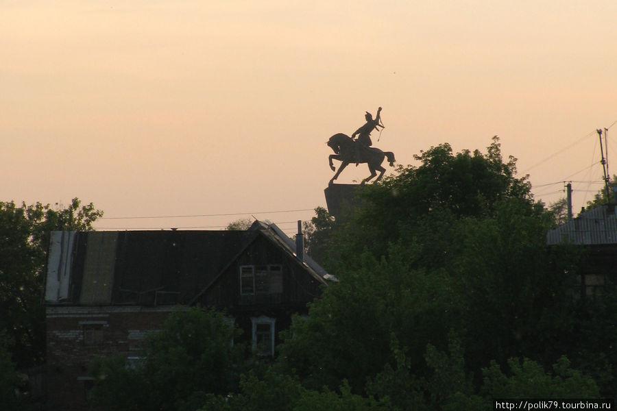 Памятник Салавату Юлаеву, соратнику Емельяна Пугачева, стоит на крутом берегу Белой.