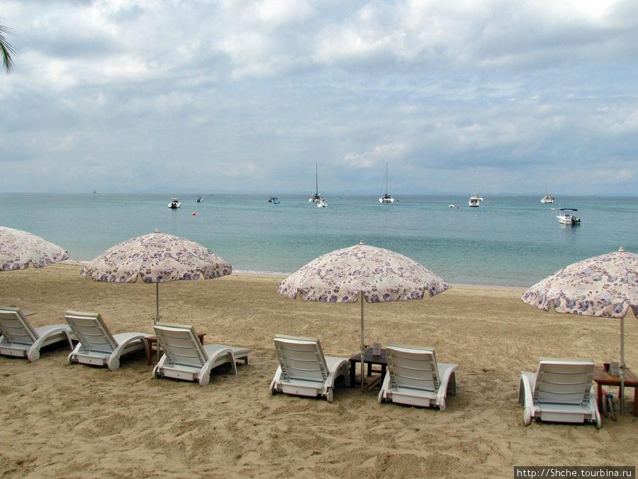 пляж с бесплатными зонтами и лежаками