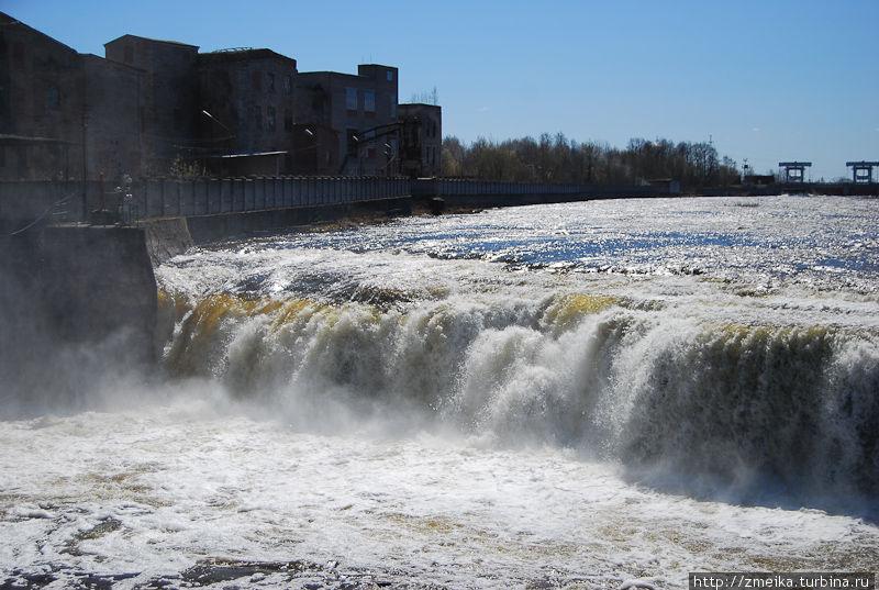 Мощные потоки воды