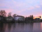 Набережная реки Пертомки и наша гостиница утопают в розовом вечере