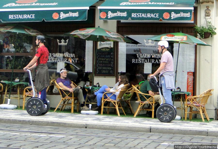 Главное, на посетителей уличного кафе не наехать...