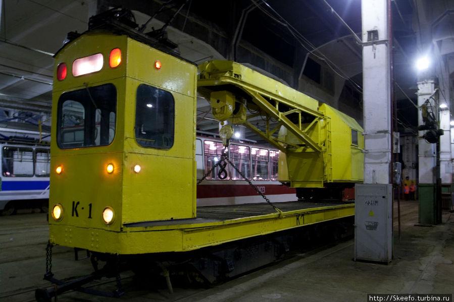 Это трамвай-кран. Он вполне работоспособен, но по старости лет уже в музее.