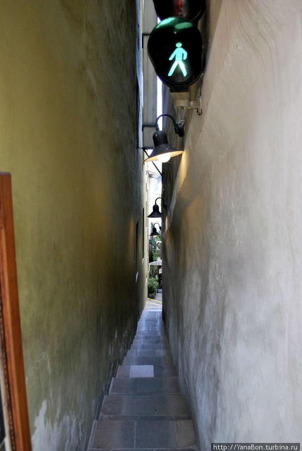 Самая узкая улица. А вернее проход между домами
