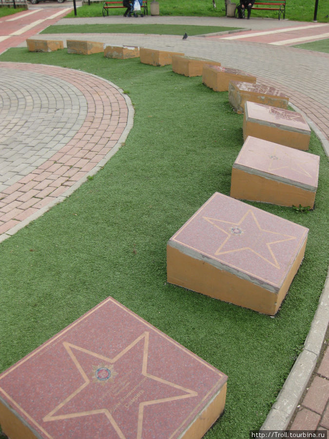 Собственно мемориальные плиты увековеченных — в основном, по виду, чиновников