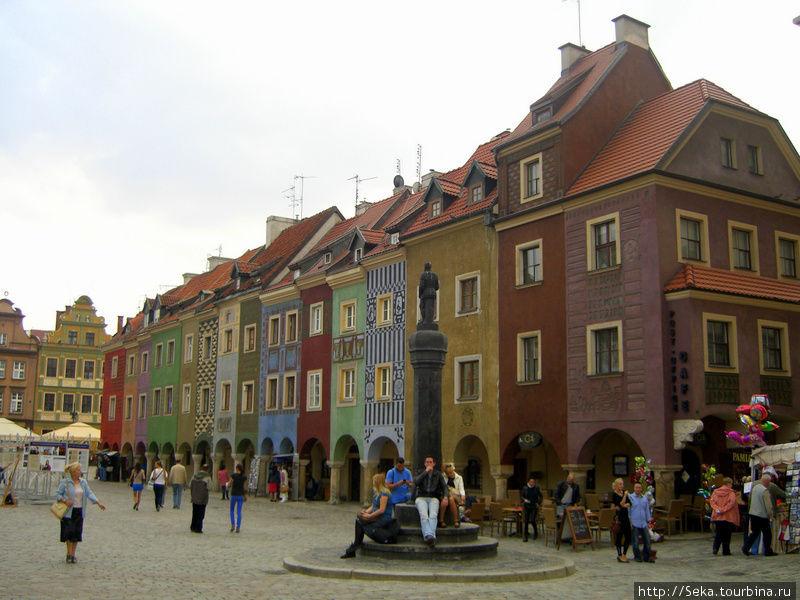 Вид на купеческие дома и позорный столб. На его ступеньках любят сидеть местные и туристы