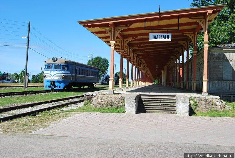Справа — деревянное облезлое здание — багажный павильон. Слева вагон электрички ЭР1-609 1958 года выпуска
