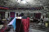 Внутри на каждом этаже составлены небольшие экспозиции, представляющие  старинные предметы искусства, и воспроизведенные сцены из древней жизни.