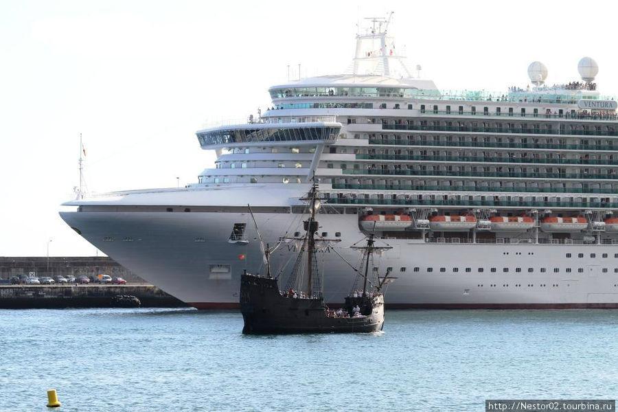 Каравелла Колумба на фоне круизного лайнера в порту Фуншала. На ней можно покататься.