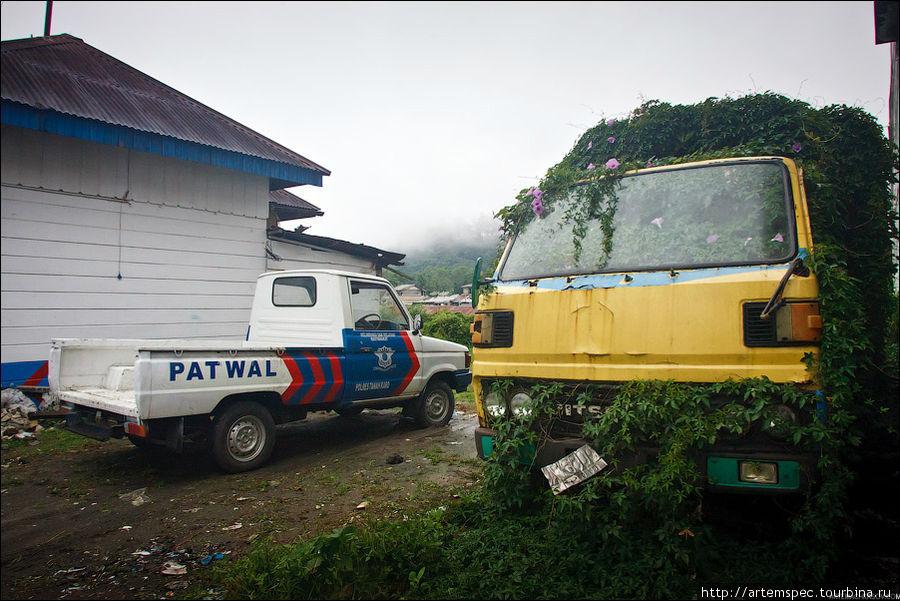 Индонезийцы с почтением относятся к транспорту. Любое транспортное средство, будь то велосипед, тележка или автомобиль, используется до последнего вздоха мотора и последнего оборота колеса.