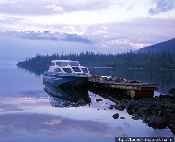 Озеро Собачье. Своей восточной оконечностью озеро Собачье вдаётся в наиболее возвышенную часть плато. В этой части окружающие горы будто сходятся вместе, ближе подходят к берегам озера, стискивают долину своими подножиями, склоны их становятся очень крутыми. Горные склоны разрезают труднопроходимые долины ручьёв. В самую восточную окраину озера впадает река Хоронен. Здесь, чуть в стороне от устья, по северному берегу находится обитаемый кордон Путоранского заповедника. Именно здесь проходит граница его территории. Самое благодатное время суток – раннее утро. Тогда можно застать множество интересных моментов. У озера Собачье есть и долганское имя – Ыт-Кюель. Кюель переводится просто как озеро. Ыт – означает команду лежать для собаки. Своими очертаниями на карте озеро действительно напоминает лежащую собаку.