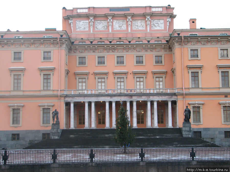 Михайловский (Инженерный) замок . Вид с реки Мойка.