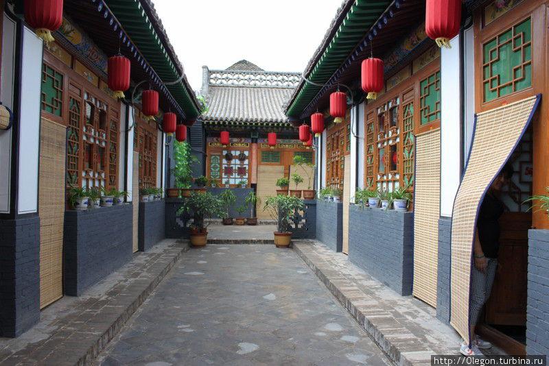 Многие дома построены квадратом, окна выходят во внутренний дворик Пинъяо, Китай