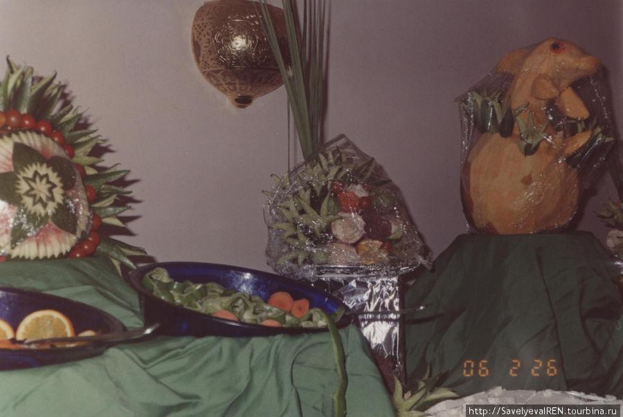 Украшения из овощей и фруктов.