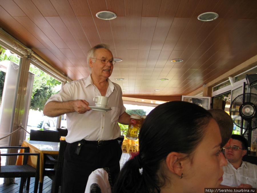 перекусываем в кафе-ресторане Каприччи, наш замечательный официант.