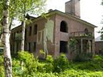 Интересный заброшенный дом. Совсем рядом со входом в парк
