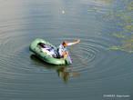 В надувной лодке — одинокий рыбак.