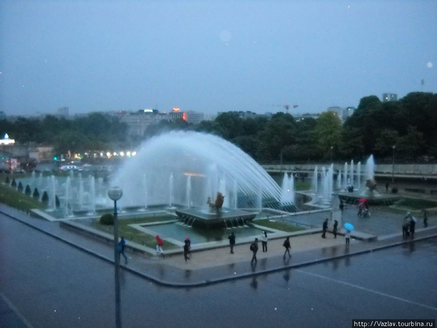 Фонтаны перед дворцом Шайо