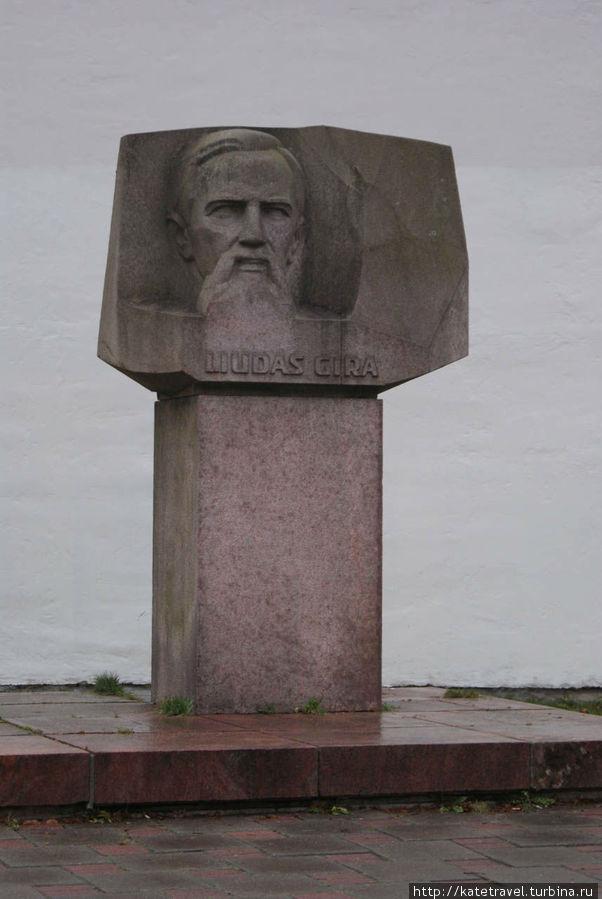 Памятник Людасу Гире