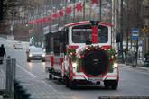 А на праздники из Германии пригнали вот такой паровозик, который катает всех желающих по главным улицам города. Стоит это удовольствие 600 рублей, но очереди собираются огромные.
