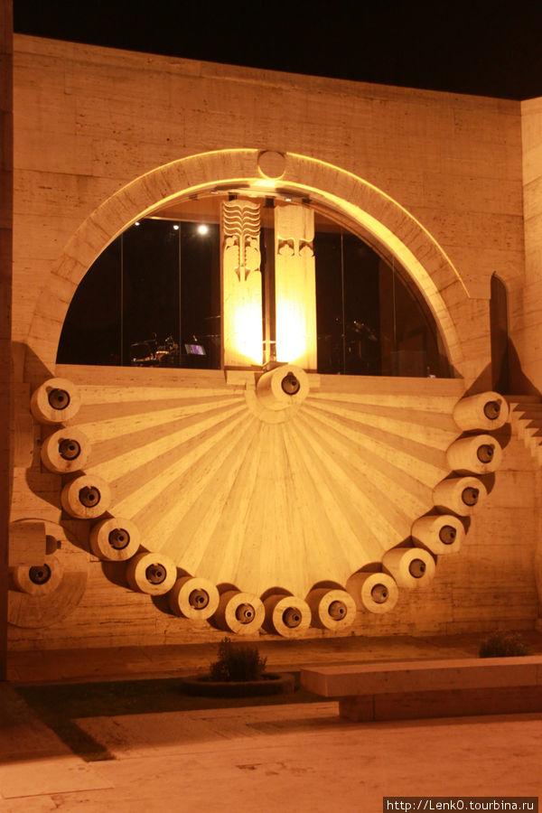 вечерний Каскад, в том полукруглом окне и находится Музыкальный центр
