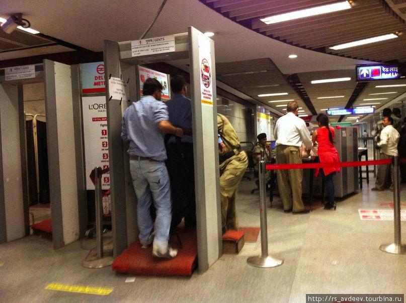 Все входы в метро оборудованы металлоискателями и рентгеновской лентой, в общем как в любом аэропорту с безопасностью все тут в полном порядке.