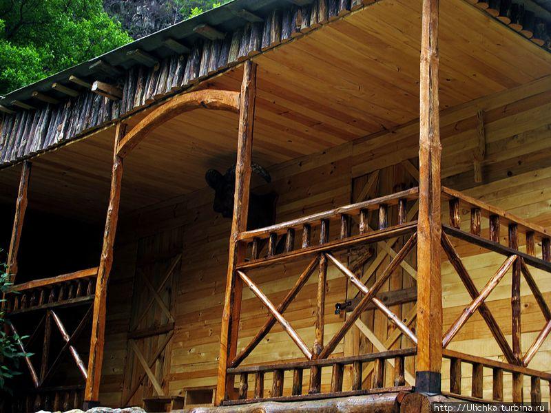 На горе есть еще несколько домов,где можно переночевать.