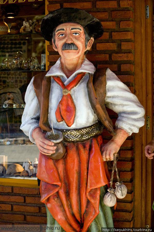 Ну а этот дяденька с колебасом и мате в руках у магазина сувениров, уже из периода заселения европейцами.