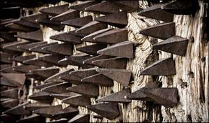 защитные шипы на замковой двери