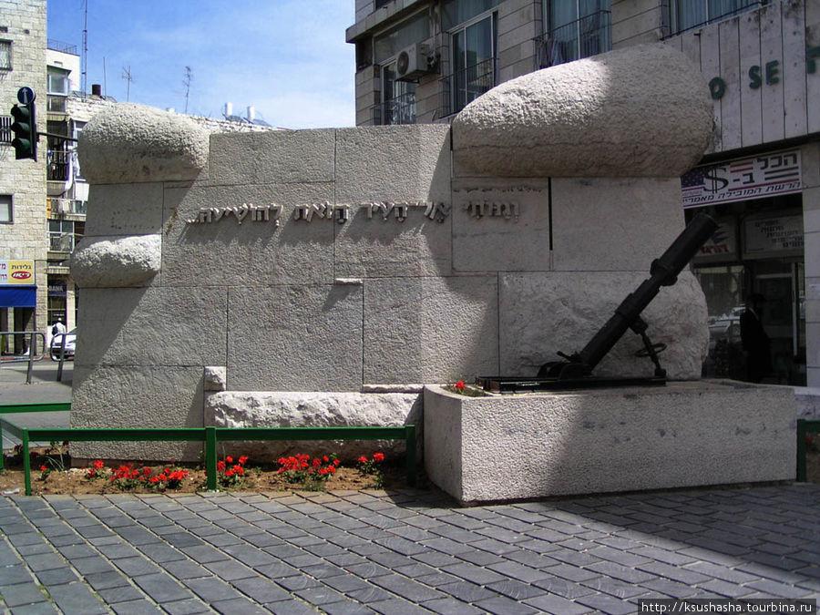 В центре площади — памятн