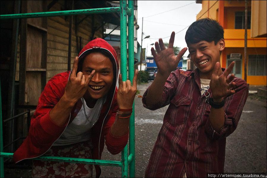 Местные жители от мала до велика исключительно радушны, и порой бывают даже смущены появлением иностранцев.