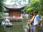 В нижнем храме у пруда с цветными рыбками