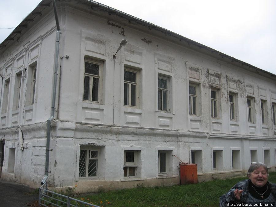 Дом помещика Дубровского — ныне интернат.