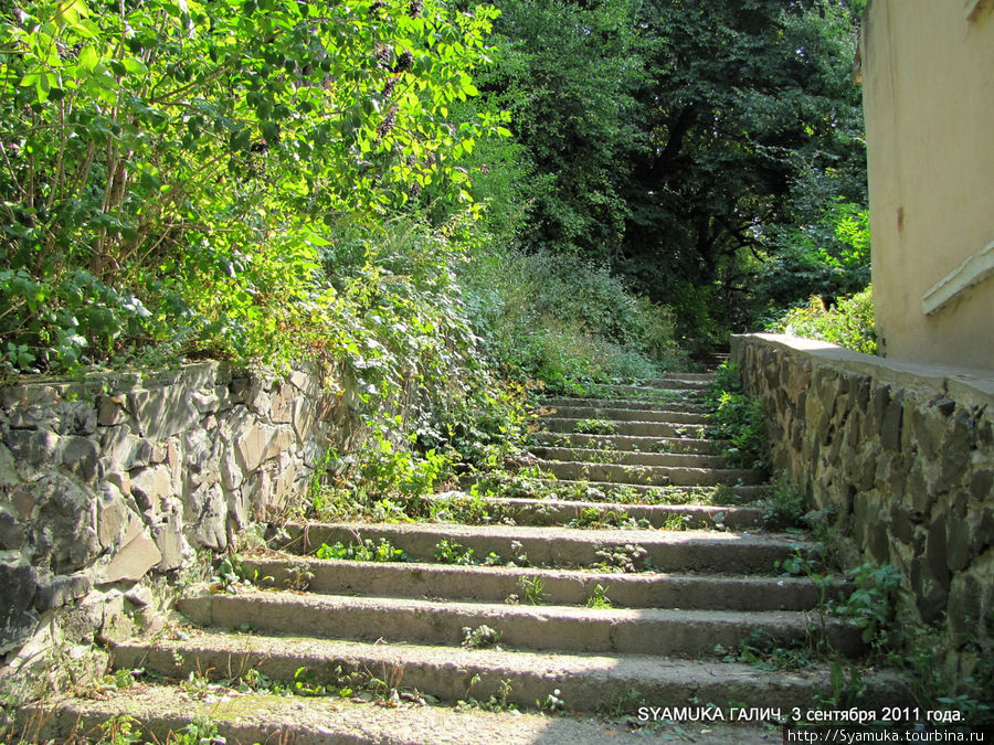 От центра города на вершину горы ведет  лестница. Галич, Украина