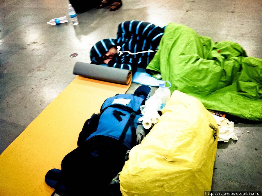 Спали по очереди, чтобы не кто не увел наши вещи.