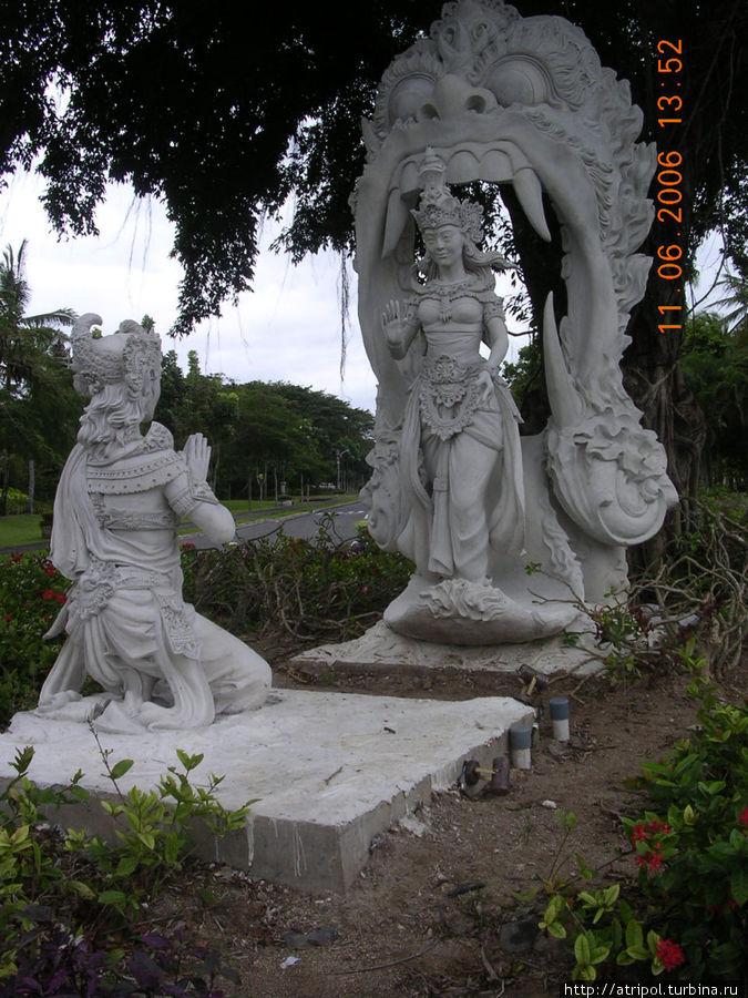 Приветствующие статуи